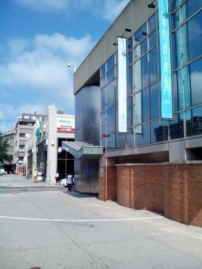 Façana principal on s'aprecia la línia blanca (abans groga) que delimitava l'espai de les protestes